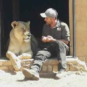 """Kevin Richardson, conosciuto in tutto il mondo come """"The Lion Whisperer"""" , ci racconta del suo Wildlife Sanctury, sito nella Welgedacht Private Game Reserve"""