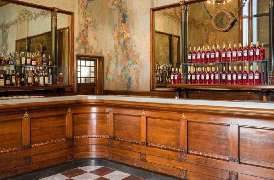 Il Camparino, l'iconico locale simbolo dell'aperitivo milanese, ha riaperto le sue storiche porte inGalleria Vittorio Emanuele II, a Milano.