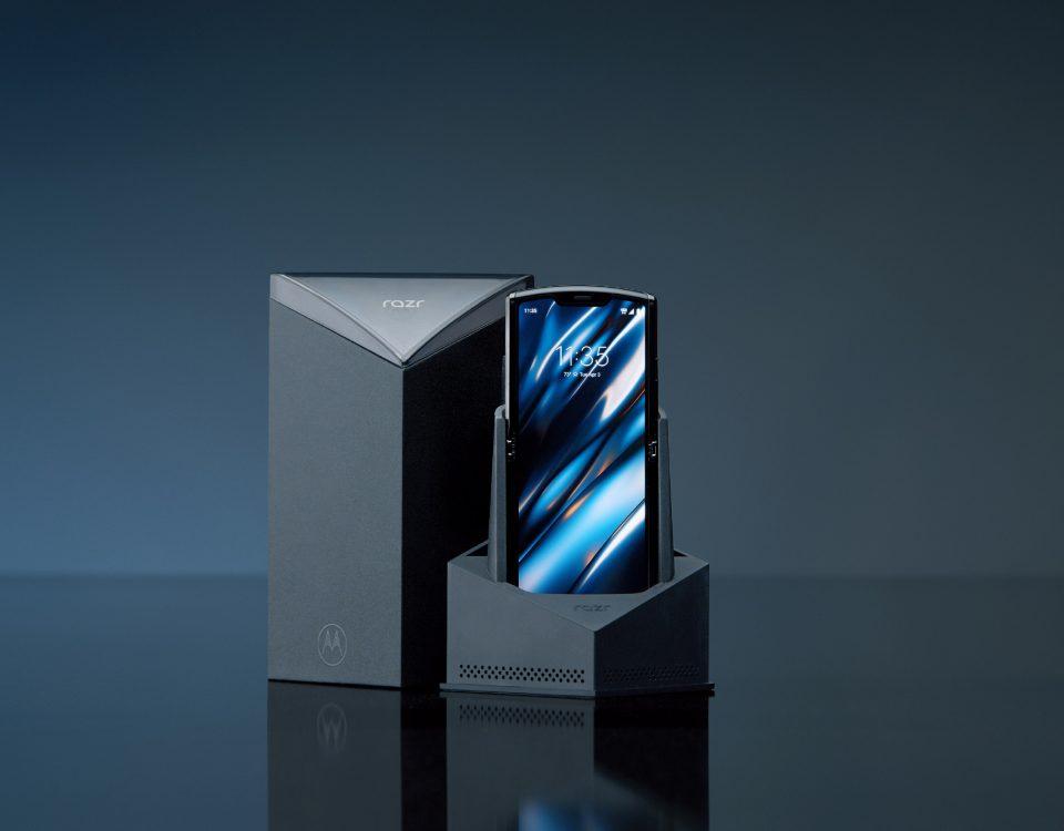 Torna il Motorola Razr, smartphone che ha caratterizzato un periodo diventando icona di stile e soprattutto di moda tra i giovani.