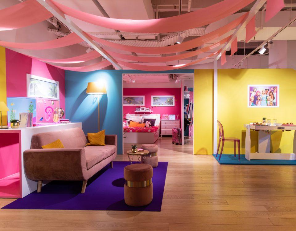 """Icona di stile e musa ispiratrice Barbie mette su la """"casa dei sogni"""" e lo fa in dimensioni reali presso le Galeries Lafayette Paris Haussman"""