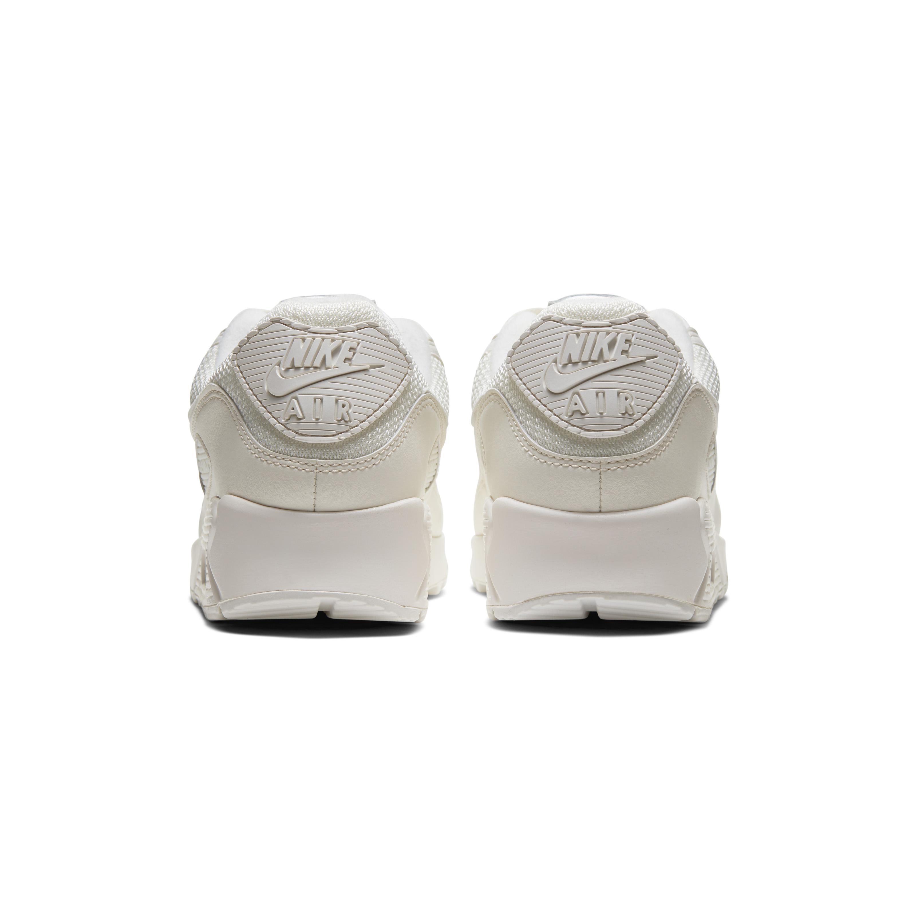 Nike Air Max 90. Ideate da Tinker Hatfield, e distribuite per la prima volta nel 1990 come Air Max IIIdiventano un simbolo importante della linea Nike Air.