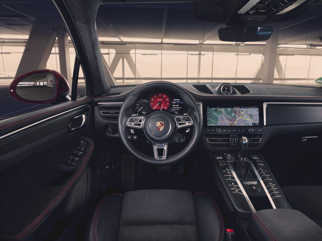 Porsche completa la serie Macan con il modello sportivo GTS. L'eccezionale sportività della nuova Porsche Macan GTS risalta immediatamente a livello visivo.