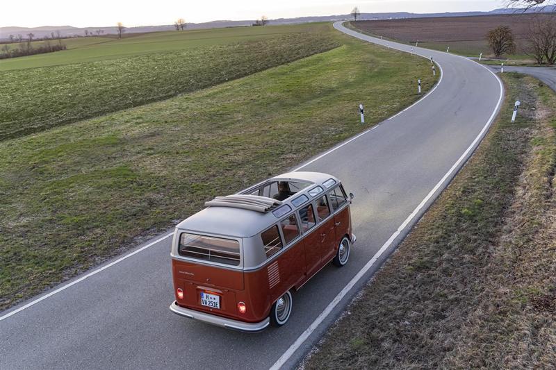 VolkswagenVeicoli Commerciali svela il prototipo e-Bulli. Il modello è unSamba T1 del 66 restaurato e dotato di un motore elettrico di ultima generazione.