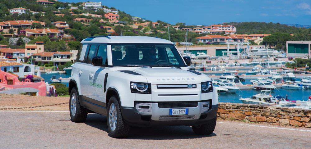 """Guidare il nuovo Land Rover Defender 2020 sulle strade della Costa Smeralda, da qualche anno ormai essenza dell'essere """"in"""", è un'esperienza unica."""