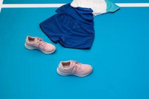 """L'outfit classico, polo e pantaloncini/gonna oppure T-shirt e pantaloncini/gonna si dà una rinnovata con questi look proposti da """"Lacoste""""."""