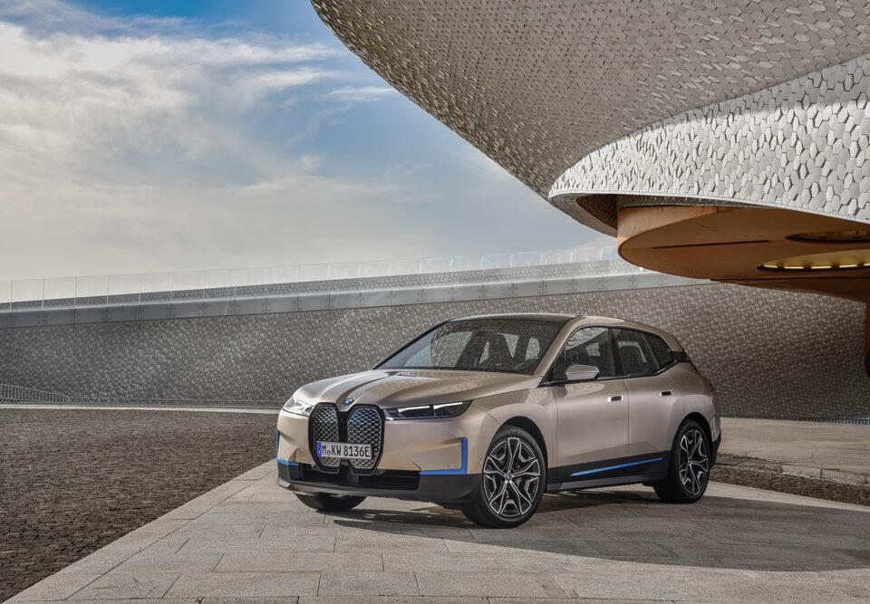 BMW presenta un'anteprima di quello che sarà la mobilità del futuro: la BMW iX. Derivata direttamente dalla BMW Vision iNext la BMW iX