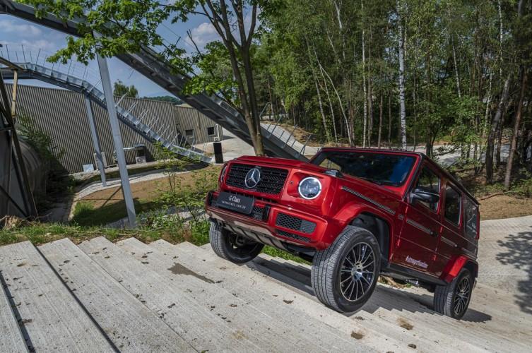 La Mercedes-Benz Classe G raggiunge le 400000 unità prodotte dal 1979 ad oggi. Per ricordarla Mercedes-Benz realizza una G Class rossa.