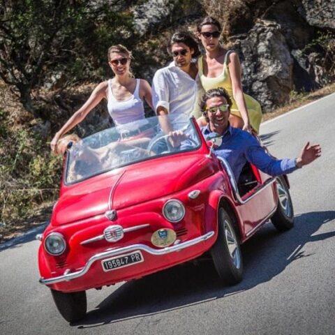 """Simone Bertolero Al volante della sua mitica Fiat 500 Spiaggina rossa (mascotte del Concorso d'Eleganza Poltu Quatu Classic fin dalla prima edizione del 2014) il motto e la missione di Simone è """"Make La Vita Dolce Again"""""""