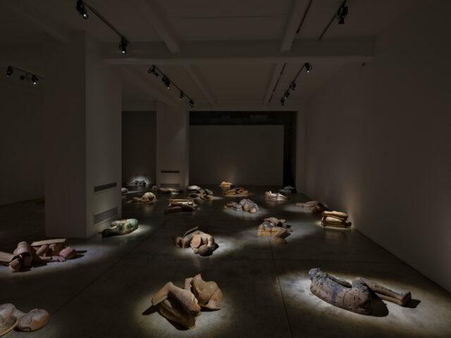 I Dormienti di Mimmo Palladino, imperturbabili uomini eterni, realizzati in terracotta, saranno esposti alla Cardi Gallery a Milano.