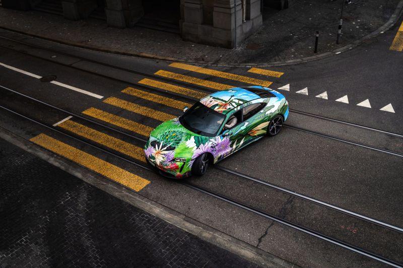 Richard Phillips, rinomato artista americano, in collaborazione con Porsche, crea un capolavoro d'arte moderna: la Taycan Artcar.
