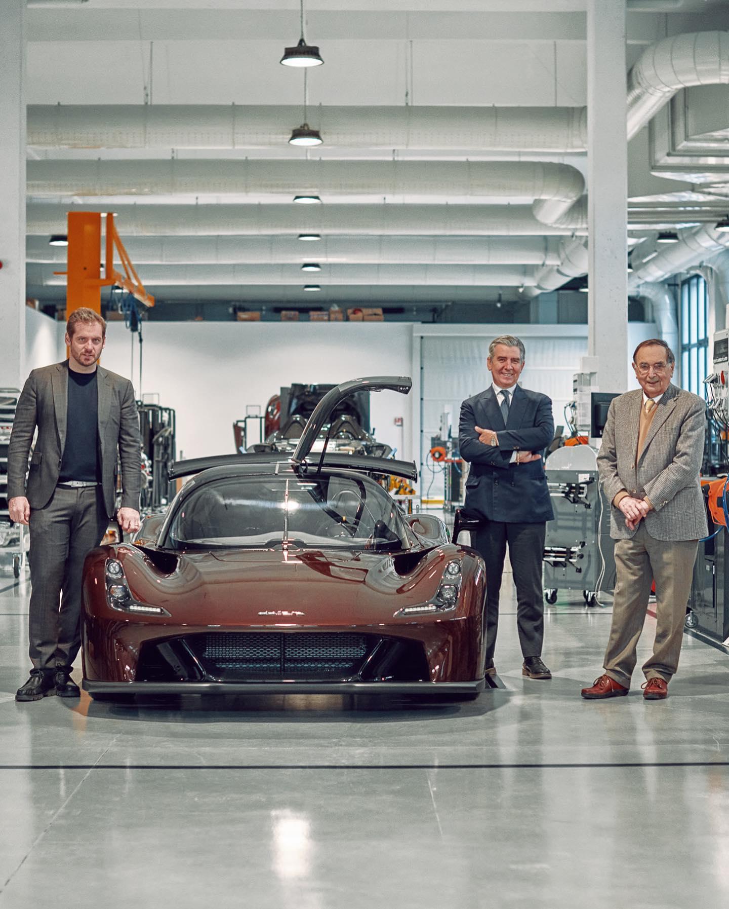 La Dallara Stradale si presenta come un puro concentrato di potenza e leggerezza. L'auto presenta i colori del brand Trussardi.
