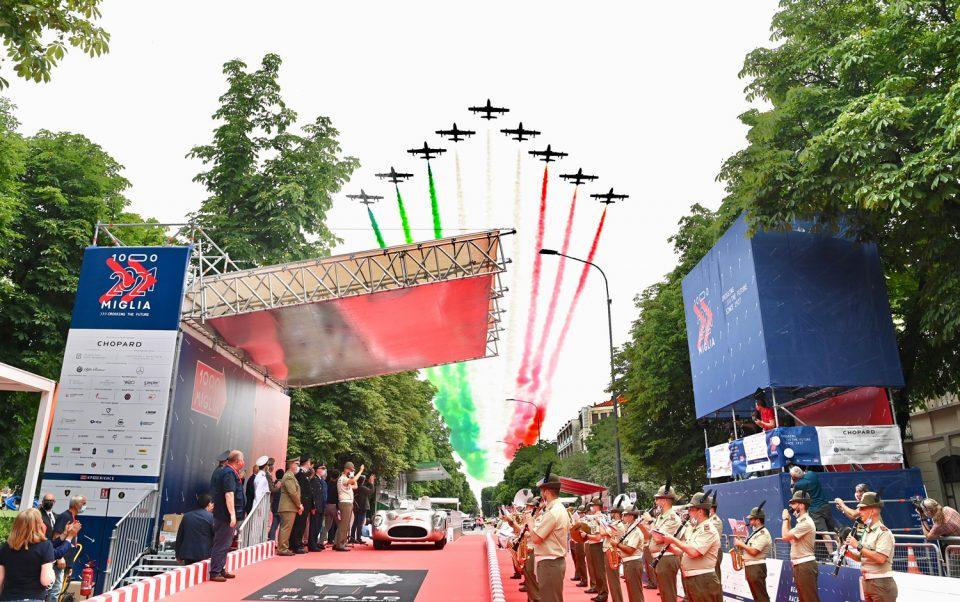 La 1000 Miglia corsa storica più bella del mondo giunta alla sua 39ª edizione è ufficialmente iniziata. Novità il percorso in senso antiorario